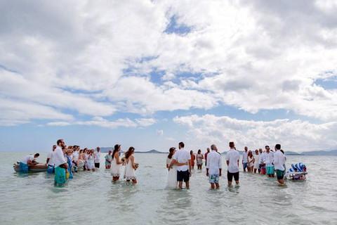 Весільна церемонія в морі