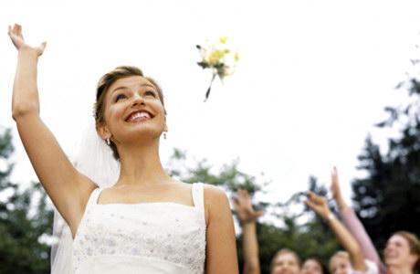 як правильно кидати весільний букет